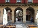 Plaza Mayor. Al fondo, el apartamento.