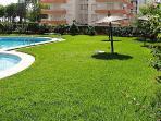 Zona verde piscinas urbanización.