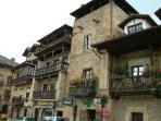 Comillas pueblo con encanto y grandes edificios recuerdos de épocas pasadas