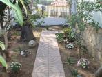 Jardín con entrada a la cocina.