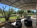 Terrasse avec coin repas et salon