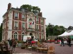 L'Hôtel de ville et son marché