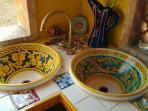 piano di lavoro e lavandini  siciliani di ceramica di Caltagirone decorati a mano