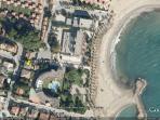 Situado delante de la playa de la Llosa. Salida posterior directa a la playa