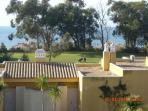 Vista al exterior, desde la terraza del apartamento: zonas comunes, golf y mar