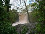La cascada después de una fuerte lluvia de primavera