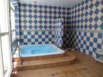 indoor jacuzzi (cost 1€)