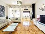 Amplio y luminoso salón con sofás de Le Corbusier y todos los elementos para una estancia perfecta.