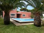 Vista principal con zona de jardín con palmeras