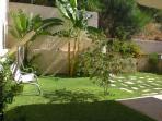 zona calpestabile in giardino con altalena
