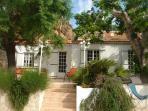 Façade de la villa ,avec des portes fenêtre ouvrant sur la terrasse