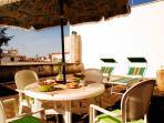 terrazzo/solarium attrezzato con tavolo e sedie e sdraio