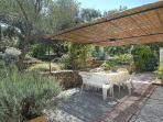 tavoli sedie e barbecue e pranzare o cenare all'aperto