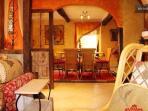 Salle à manger chaleureuse/ Warm dining area