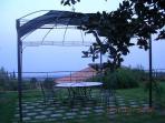 gazebo nel giardino con vista mare