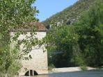 le moulin du village sur la rivière Aveyron où arrivent les canoés-kayaks