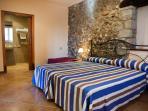 Habitación con dos camas juntas, ésta es adaptada, baño, televisión y aire acondicionado