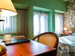 Habitación con cama de matrimonio, baño, tv, aire acondicionado