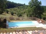 La piscine privée du gîte vue des chambres