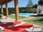 foto desde el porche a la piscina y balinesa