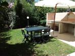 Il giardino attrezzato con barbecue in muratura -  The furnished garden with stoned barbecue