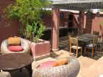 autre espace détente et vue sur l'espace repas barbecue de la terrasse du Riad Sekkat