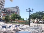 Vista de la plaza de La Nogalera y vista del bloque donde esta el apartamento. Multitud de terrazas.