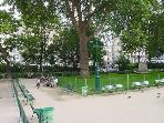 directly opposite the apartment - Square Montholon - interior - park