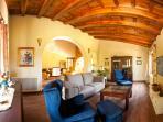 El salón es amplio y confortable.