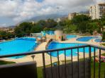 Desde la terraza se disfruta de las vistas a la piscina y el mar.