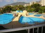 Desde el balcón puede verse la piscina grande, piscinas infantiles y chiringuito.