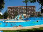 La piscina grande con sus toboganes.