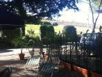Giardino con sdraio, tavolo e sedie per cene all' aperto