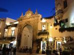 L'entrata barocca di Martina Franca sulla vicina Valle d'Itria