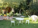 Le salon de jardin et son barbecue
