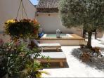Spa et chaises longues sous l'olivier