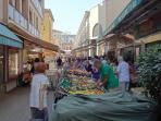 Étalages de commerçants, fruits et légumes à 50m