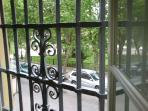 Vistas a la plaza España desde salón y desde dormitorio