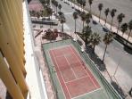 Una de las pistas de tenis comunitaria