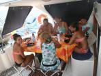 Repas à l'ombre à bord du catamaran Pommeliane.