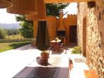 Relax y buenos momentos a la sombra de la terraza al caer la noche junto a la barbacoa y la piscina