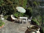 Giardino indipendente con tavolo, sedie, ombrellone, sdraio