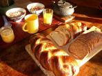 petit-déjeuner avec pain, pain au lait, pain de mie maison