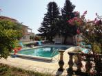 la maison et la piscine