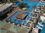 Los bares y las piscinas