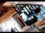 pièce à vivre, 4 m de hauteur sous plafond et veilles poutres apparentes