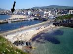 See from the castle how the cottage is nestled in Peel Sunset City with two splendid sandy beaches!