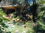 Giardino e ingresso della villa