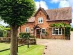 STABLE COTTAGE, family friendly, character holiday cottage, with a garden in Til