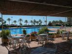Preciosa piscina muy grande al lado del mar... con restaurante agradable.